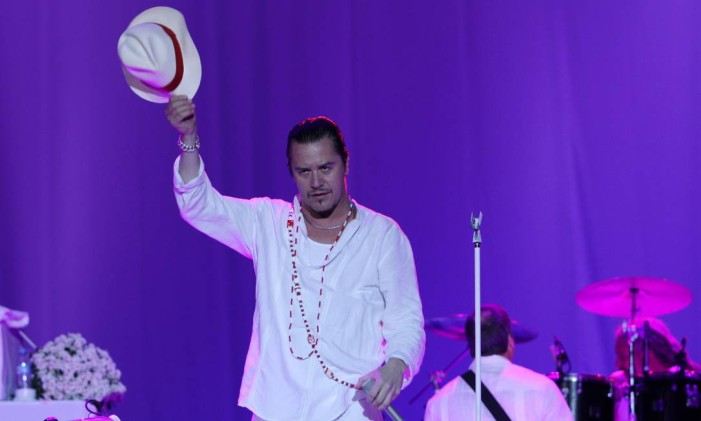 Mike Patton lidera o Faith No More durante show do SWU, em 2011 Foto: Michel Filho / Agência O Globo