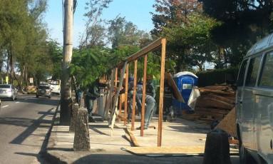 Funcionários começam a desmontar tapumes para reposicioná-los Foto: Eliezer Pontes / O Globo