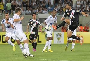 Douglas, do Vasco, tenta dominar a bola na derrota para o ABC Foto: MarceloSadio / Vasco da Gama