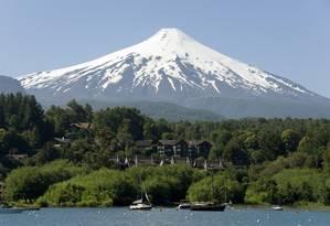Vulcão Villarrica, que domina a paisagem em Pucón e é uma das grandes atrações naturais dessa cidade do Chile Foto: Robert Harding / AFP