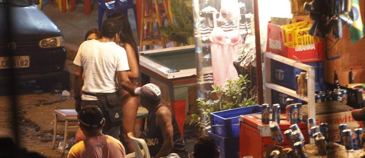 Movimento em bares da Vila Mimosa Foto: Antonio Scorza / Agência O Globo