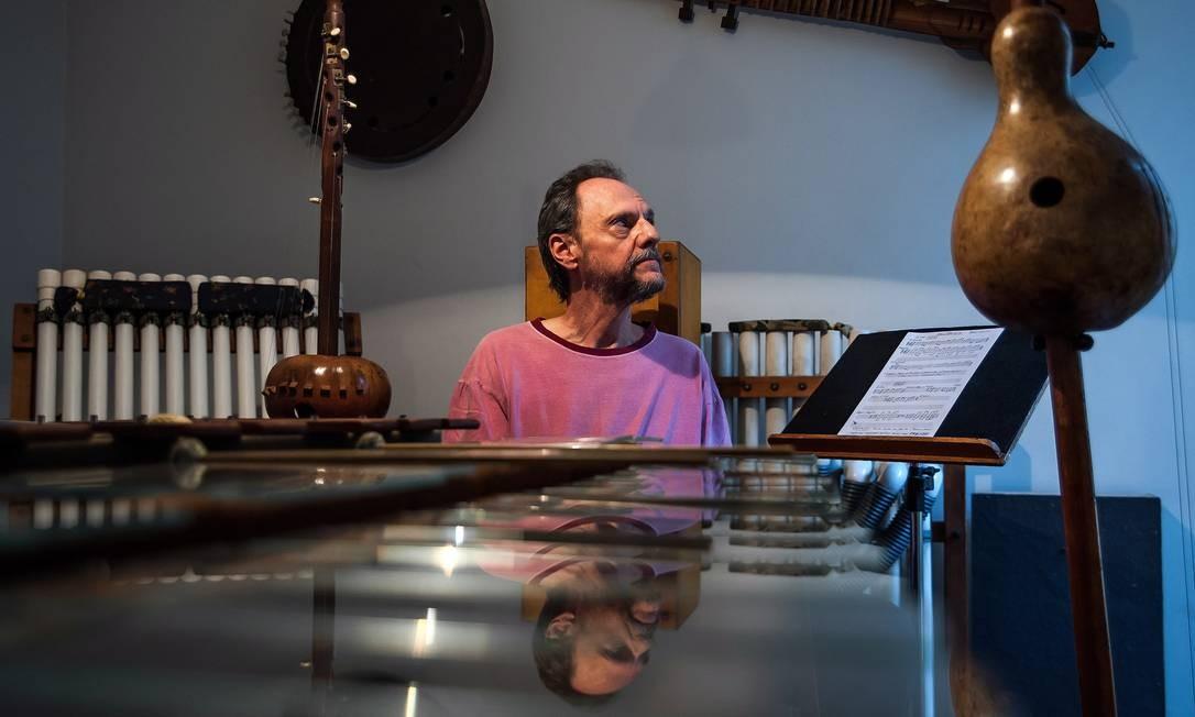 Marco Antônio Guimarães na sede do Uakti, onde mora, com alguns dos instrumentos que faz para seu grupo Foto: André Fossati / Agência O Globo