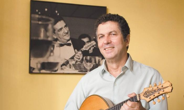 Déo Rian com foto de Jacob do Bandolim ao fundo: músicos ficaram amigos em 1961 Foto: Divulgação