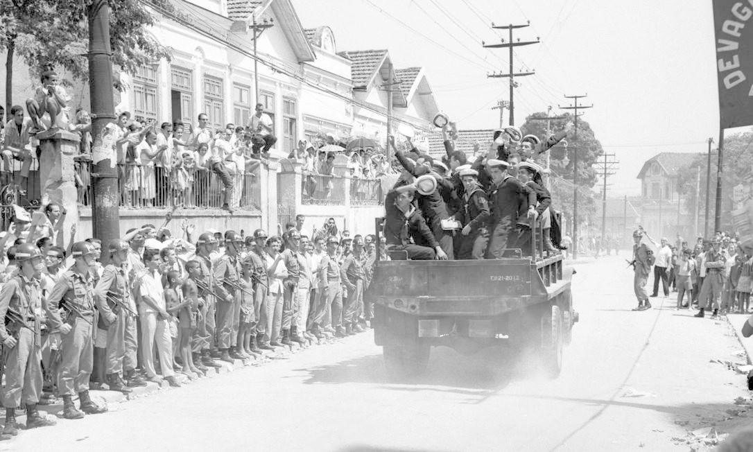 Marinheiros deixam o Sindicato dos Metalúrgicos, onde ficaram sublevados por três dias, menos de uma semana antes do golpe de 1964 Foto: / Geraldo Tonel/27-03-1964