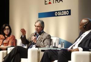 """Da esquerda para a direita, Maria do Pilar, Mozart Neves e Brian Perkins debatem na mesa plenária """"Educação e Sociedade"""" no Educação 360 Foto: Pablo Jacob / Agência O Globo"""