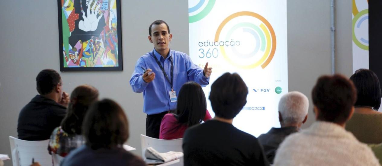 Douglas Melo criou um jogo de tabuleiro para ensinar Física Foto: Marcelo Piu / Agência O Globo