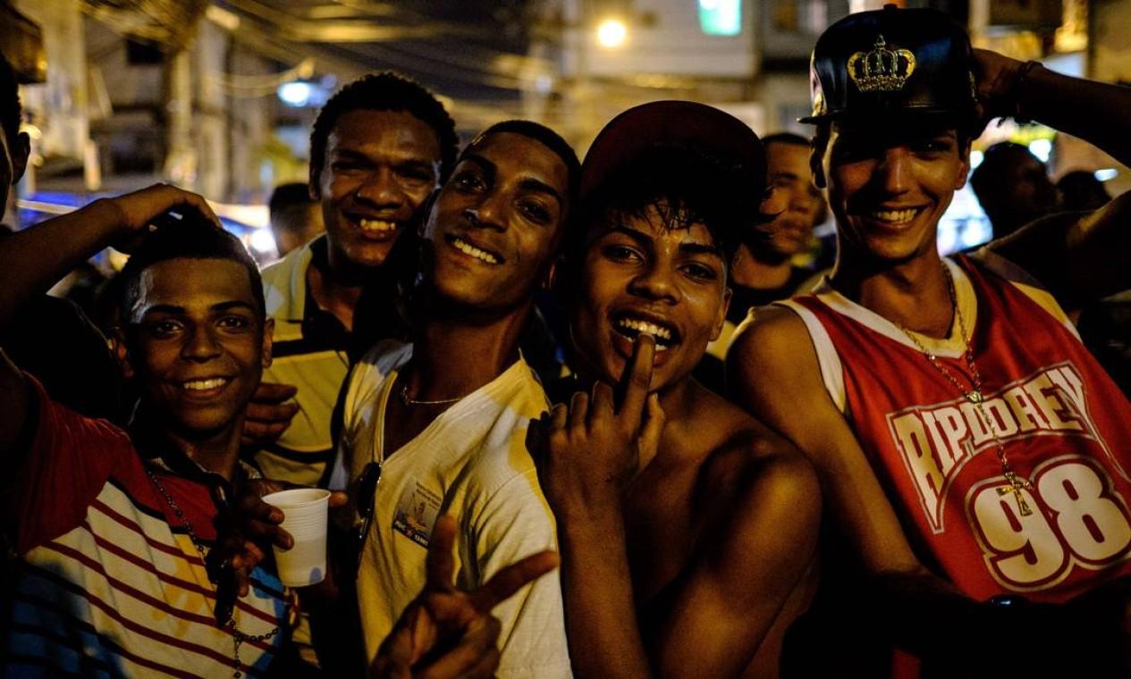 Centenas de pessoas participaram da terceira edição da Parada do Orgulho LGBT, no Complexo da Maré, no Rio de Janeiro, neste domingo Foto: YASUYOSHI CHIBA / AFP
