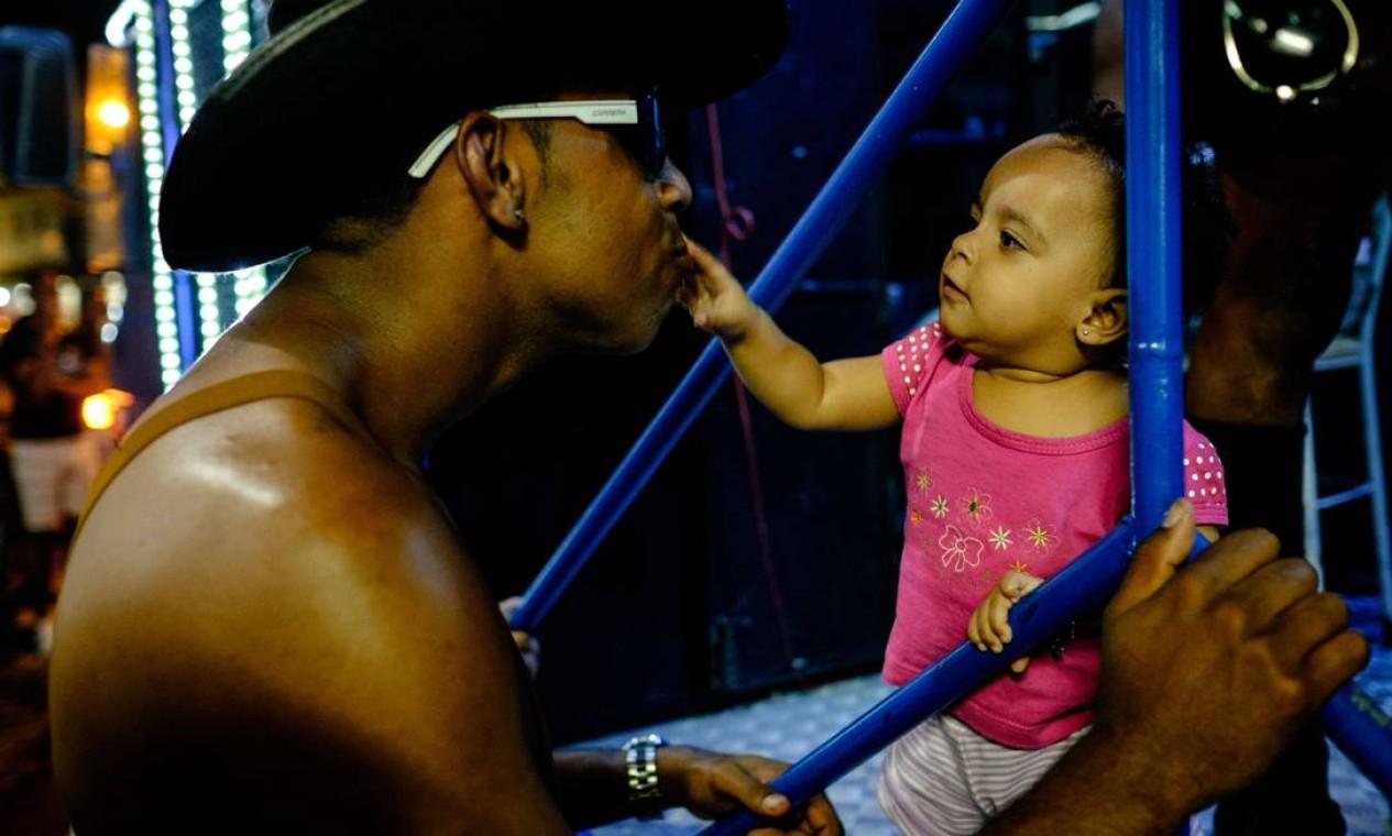 Bebê participa da festa LGBT na Maré Foto: YASUYOSHI CHIBA / AFP