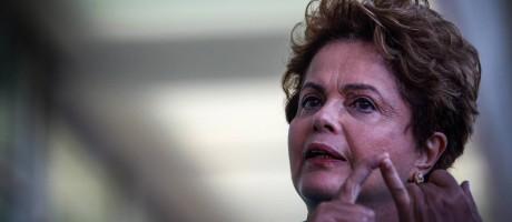 Dilma sobre escândalo da Petrobras: adversários 'não podem esquecer seus telhados' Foto: André Coelho / Agência O Globo