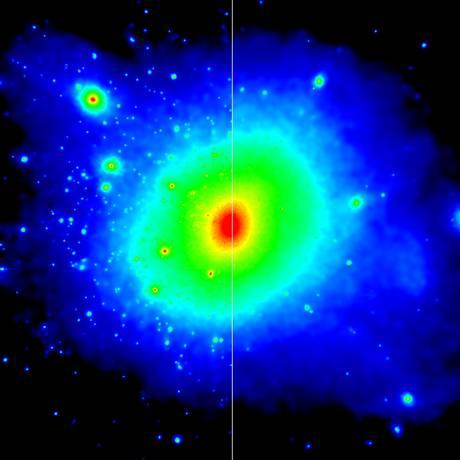Ilustração com duas simulações da distribuição da matéria escura em torno de uma galáxia como a Via Láctea (maior concentração em vermelho e menor em azul): na metade da esquerda, partículas pouco interativas se acumulam mais, enquanto na da direita, com maior interação com outros tipos de material no Universo, elas estão mais espalhadas, o que resulta em número menor de galáxias-satélite como o observado na órbita de nossa galáxia Foto: Universidade de Durham