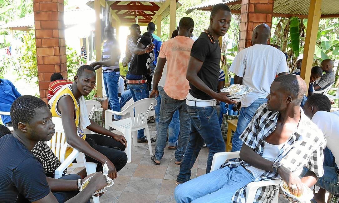 Imigrantes senegaleses se reúnem em abrigo em Rio Branco. Eles evitam falar sobre o ebola por temer preconceito da população local: em Brasileia, grupos de africanos ficam isolados, e brasileiros não se aproximam Foto: