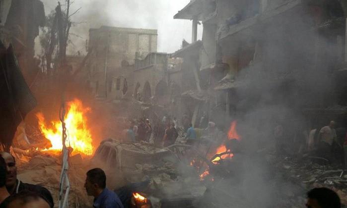 Resultado de imagem para Ataques aéreos e de artilharia perto de Damasco deixam 18 mortos