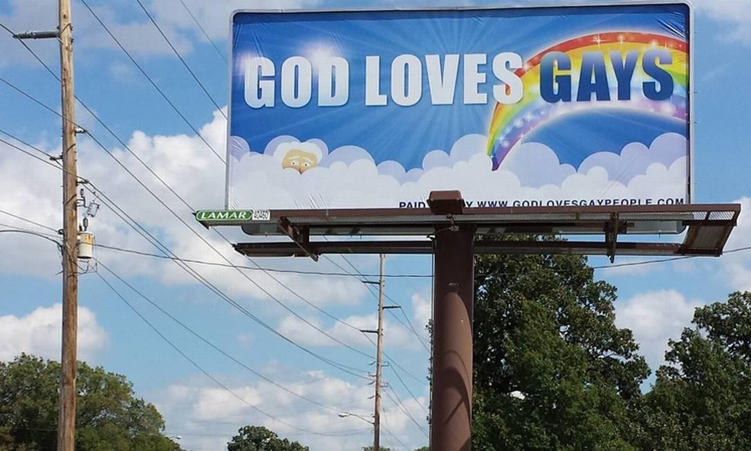 O primeiro letreiro da campanha realizada pela página 'God loves gays', instalado na capital do Kansas Foto: Reprodução / Godlovesgaypeople.com