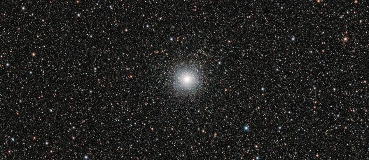 Imagem do telescópio VLT, do Observatório Europeu do Sul (ESO), mostra o aglomerado estelar Messier 54: estrelas antigas do objeto, parte de galáxia-satélite da Via Láctea, têm proporção de lítio similar à de estrelas de nossa galáxia e menor do que a que se calcula ter sido criada pelo Big Bang Foto: ESO