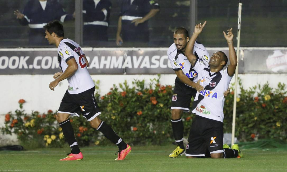Rodrigo, do Vasco, agradece aos céus o gol que abriu o placar Foto: Marcos Tristão / Agência O Globo