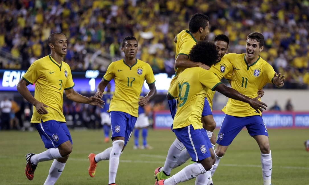 Willian é abraçado por Danilo, após abrir o placar para o Brasil Foto: Julio Cortez / AP
