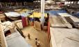 Barracos amontoados no galpão da antiga fábrica de plástico Tuffy Habib, onde se formou a favela conhecida como Nova Tuffy: a Justiça já determinou a reintegração de posse do imóvel, que fica no Alemão