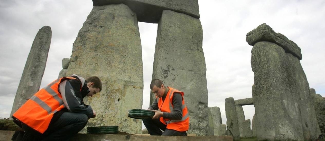 Arqueólogos buscam outros vestígios do monumento de Stonehenge Foto: Kirsty Wigglesworth / AP