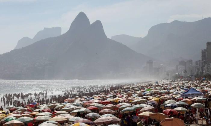 Praia de Ipanema lotada em dia de sol Foto: Fabio Rossi / O Globo