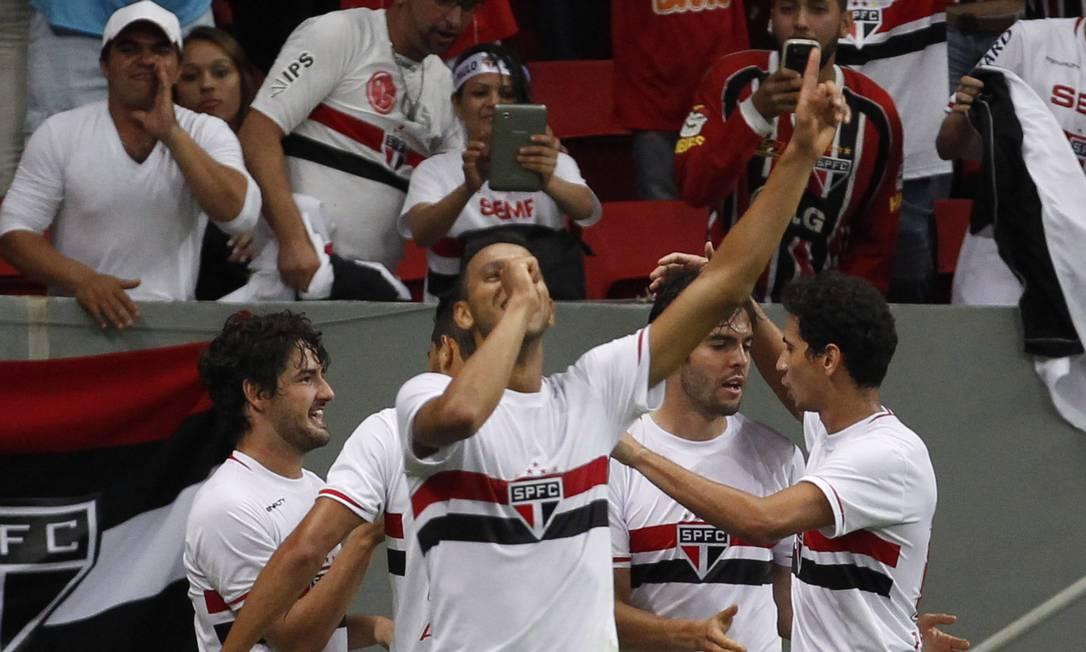 Souza ergue os braços ao marcar o terceiro gol são-paulino Foto: Jorge William / Agência O Globo