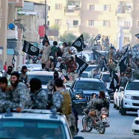 Imagem de arquivo sem data de um grupo de oposição síria mostra jihadistas do EI durante desfile em Raqqa Foto: AP