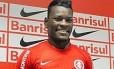O zagueiro Paulão, do Internacional, vítima de insultos racistas em jogo contra o Grêmio no Campeonato Gáucho