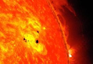Imagem do Observatório de Dinâmica Solar (SDO), da Nasa, mostra manchas superfície do Sol, fenômeno que costuma preceder as erupções de nossa estrela Foto: Nasa