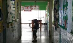 Sob risco. Corredor da Escola Ernani Moreira Franco, no Caramujo: no dia da aplicação da Prova Brasil, houve tiroteio entre traficantes e policiais Foto: Angelo Antônio Duarte