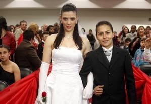 Solange Ramires e Sabriny Benites durante a cerimônia de matrimônio realizada no Fórum central de Santana do Livramento Foto: Wesley Santos / Agência O Globo