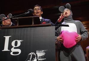 Masanori Niimi e Xiangyuan Jin (vestido de rato) aceitam o Prêmio de Medicina no Ig Nobel de 2013 pela pesquisa sobre os efeitos de ouvir ópera em ratos que tinham passado por transplante de coração Foto: Brian Snyder / Reuters