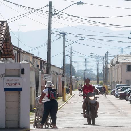 O condomínio Verona, um dos empreendimentos do Minha Casa Minha Vida, em Santa Cruz, é controlado por uma milícia Foto: Pedro Kirilos / Agência O Globo