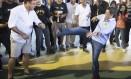 Aécio Neves arrisca movimentro de capoeira ao lado do ex-jogador Ronaldo Foto: Antonio Scorza / Agência O Globo