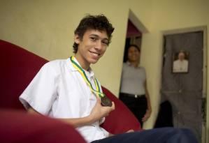 Maior pontuação do Rio. Gabriel mostra a medalha sob o olhar orgulhoso da mãe, Edilene: com dedicação, se vai longe Foto: Márcia Foletto