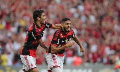 Eduardo da Silva e Wallace festejam o gol do Flamengo sobre o Corinthians Foto: Nina Lima / Agência O Globo