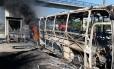 Ônibus incendiado em área controlada por milicianos: empresários reclamam da concorrência irregular feita pelas vans e dos prejuízos com a depredação dos veículos. Cada coletivo custa em média R$ 200 mil