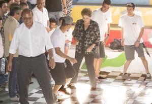 Presidente Dilma Rousseff e governador Pezão ensaiam passinho durante evento na Cufa de Madureira Foto: Antonio Scorza / Agência O Globo