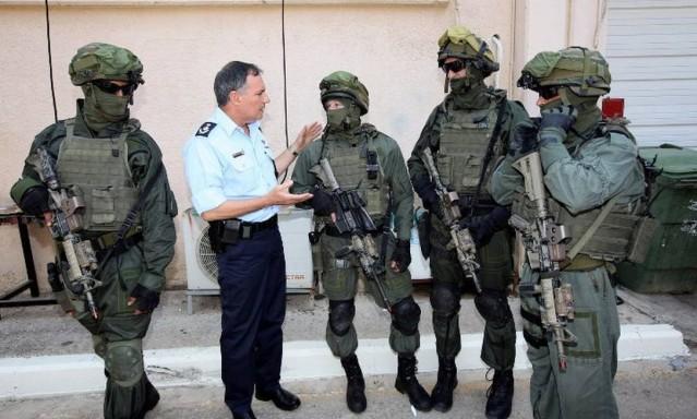 Agentes da Yamam conversam com o Comissário-Chefe de Polícia de Israel