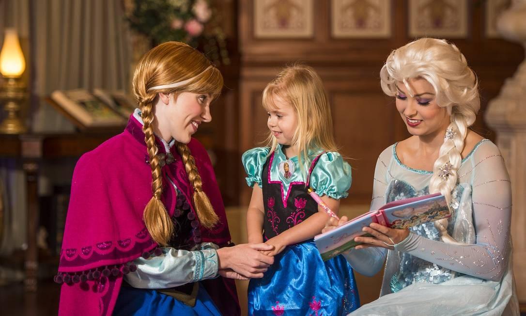 As princesas Anna e Elsa recebem uma pequena fã no Princess Fairytale Hall, no parque Magic Kingdom, no Walt Disney World em Orlando Foto: Matt Stroshane / Divulgação/Disney World