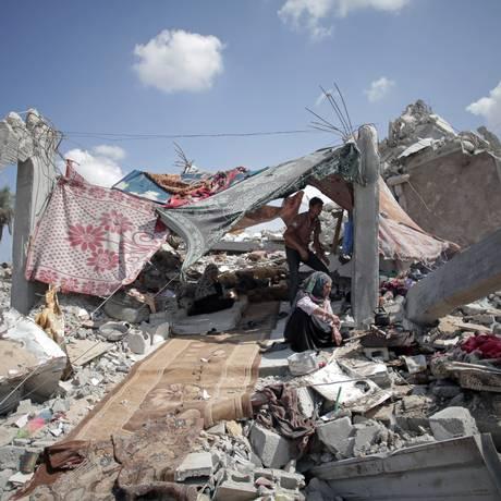 Família palestina monta abrigo entre escombros de casa destruída na cidade de Khan Younis, ao sul da Faixa de Gaza Foto: Khalil Hamra / AP
