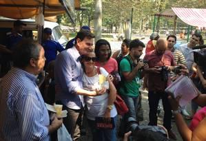 O candidato do PRB ao governo do Rio, Marcelo Crivella, posa para foto com eleitora na Praça General Osório, em Ipanema Foto: Agência O Globo / Marco Grillo
