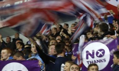 Em Glasgow, torcedores do Rangers balançam bandeiras britânicas e exibem cartazes contra a independência escocesa Foto: RUSSELL CHEYNE / REUTERS