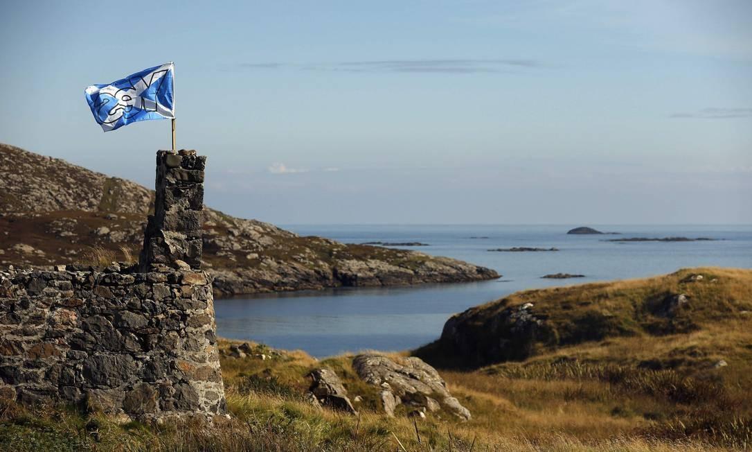 Uma bandeira do movimento pró-independência foi colocada em construção na Ilha de Barra, na Escócia. Foto: CATHAL MCNAUGHTON / REUTERS