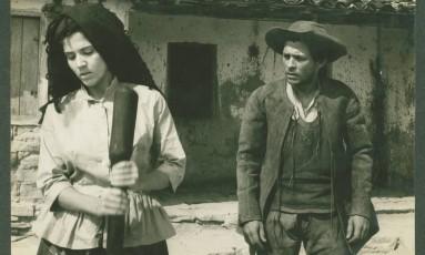 """Yoná Magalhães e Geraldo Del Rey em cena de """"Deus e o diabo na terra do sol"""" Foto: Reprodução"""