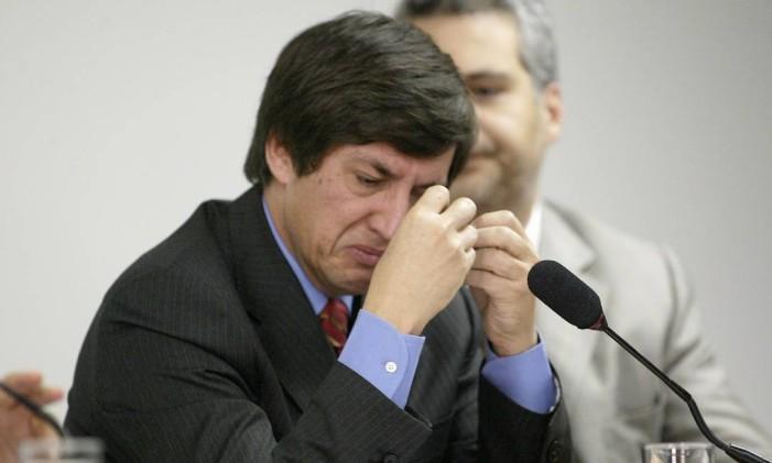 O bispo Rodrigues chora durante depoimento no Conselho de Ética da Câmara, em 2002 Foto: Ailton de Freitas / Arquivo/O GLOBO