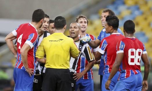 No segundo tempo, o árbitro Igor Benevenuto expulsou Emerson Foto: Marcos Tristão / Agência O Globo