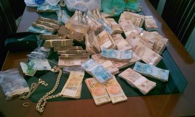 Dinheiro apreendido na casa do major Edson Alexandre Pinto de Góes: quadrilha faturou R$ 10 milhões em três anos Foto: Polícia Civil / Divulgação