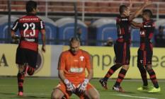 Jogadores do Flamengo comemoram o gol de Canteros enquanto o goleiro Deola lamenta Foto: Terceiro / Moises Nascimento/Agif