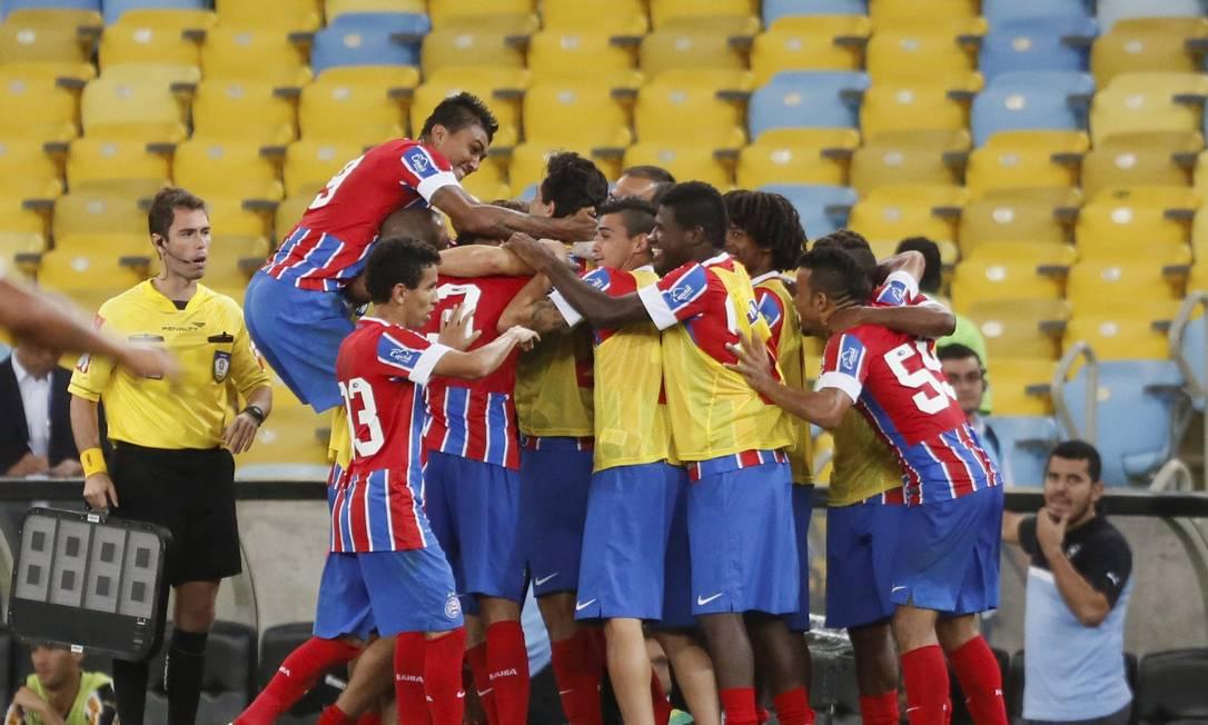 Jogadores do Bahia comemoram o gol da virada, marcado por Branquinho Foto: Marcos Tristão / Agência O Globo