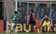 Atacante Diogo chuta para fazer o primeiro gol do Palmeiras Foto: Terceiro / Agência O Globo