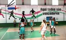 Sucesso. Atletas da Mangueira treinam para manter hegemonia no basquete estadual. Desde 2008 o time não perde um título Foto: Angelo Antônio Duarte / Agência O Globo